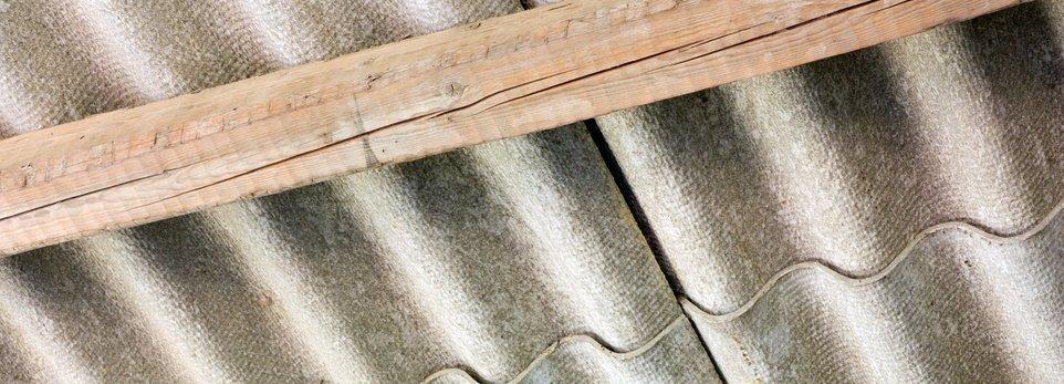 un tetto in amianto con trave in legno