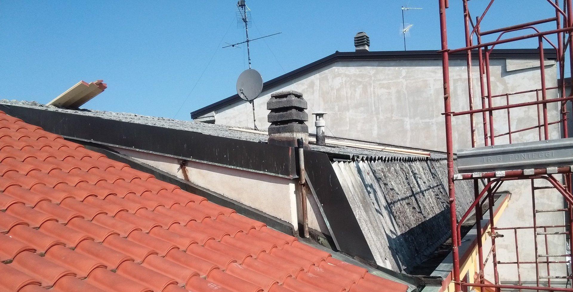 tetto con amianto durante rifacimento