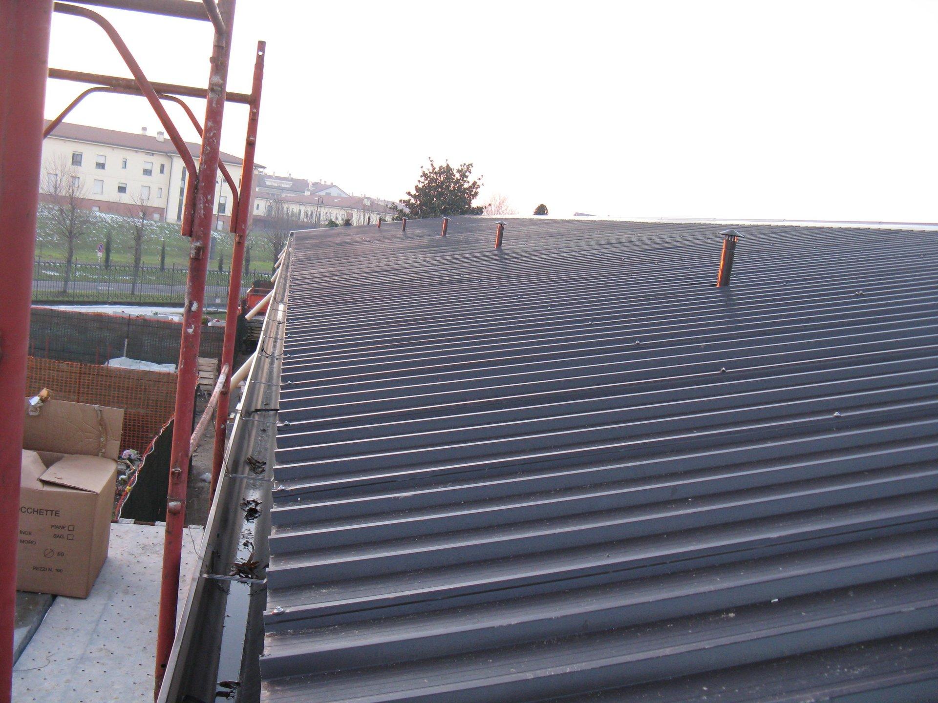 ponteggio con tetto di un impianto e canne fumarie