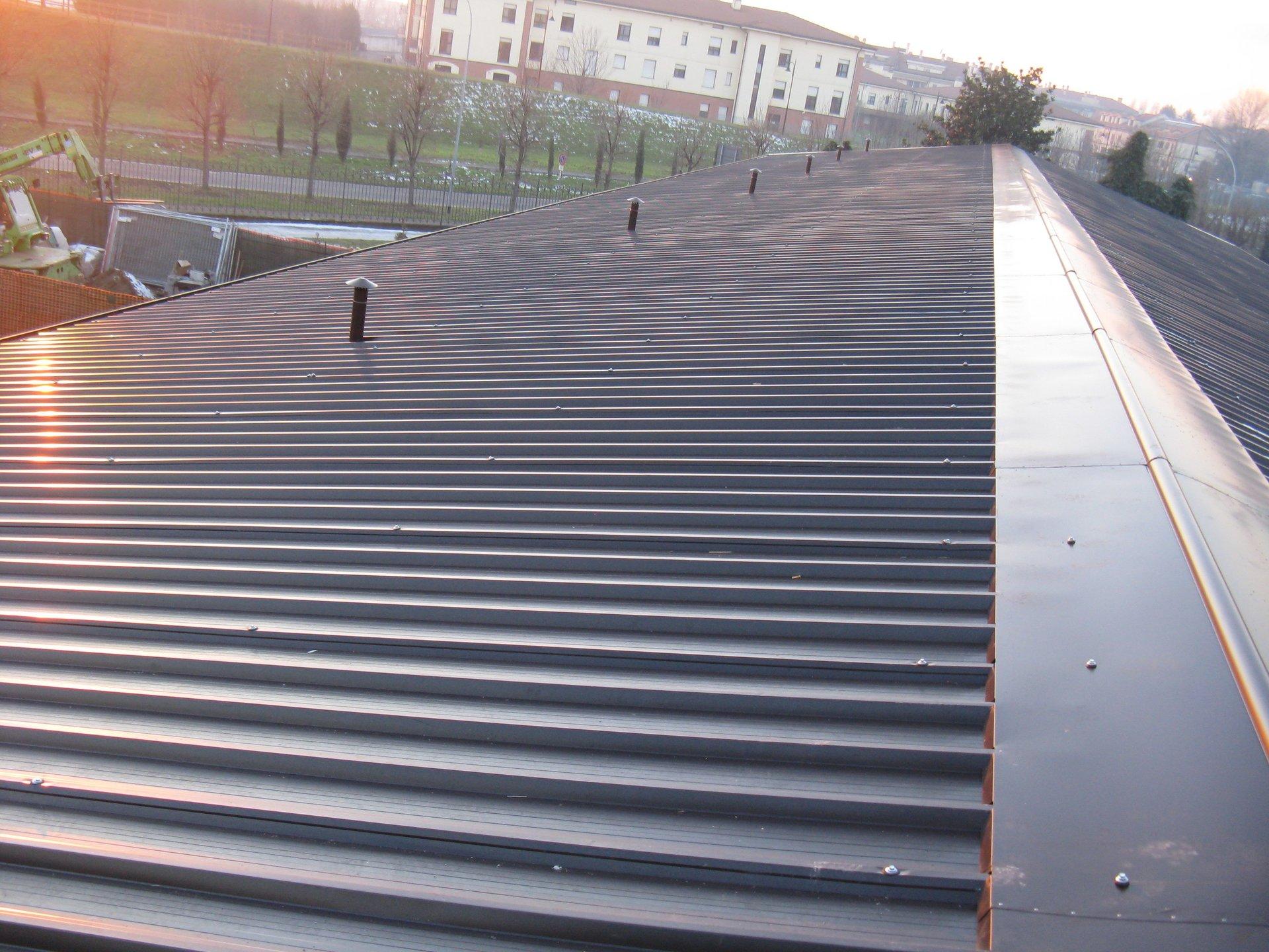 tetto di un impianto con canne fumarie