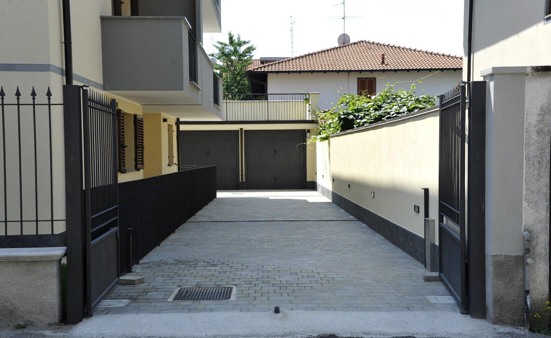 cancelli e ringhiere in ferro di una casa