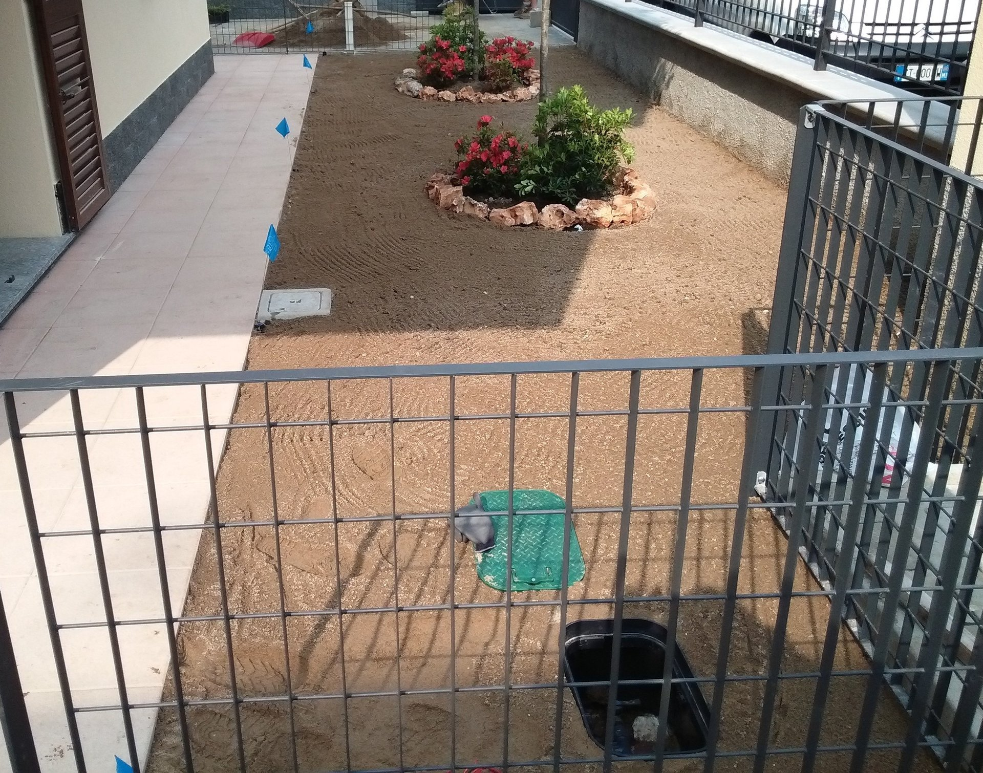 rifacimento pavimento cortile con ringhiere in legno