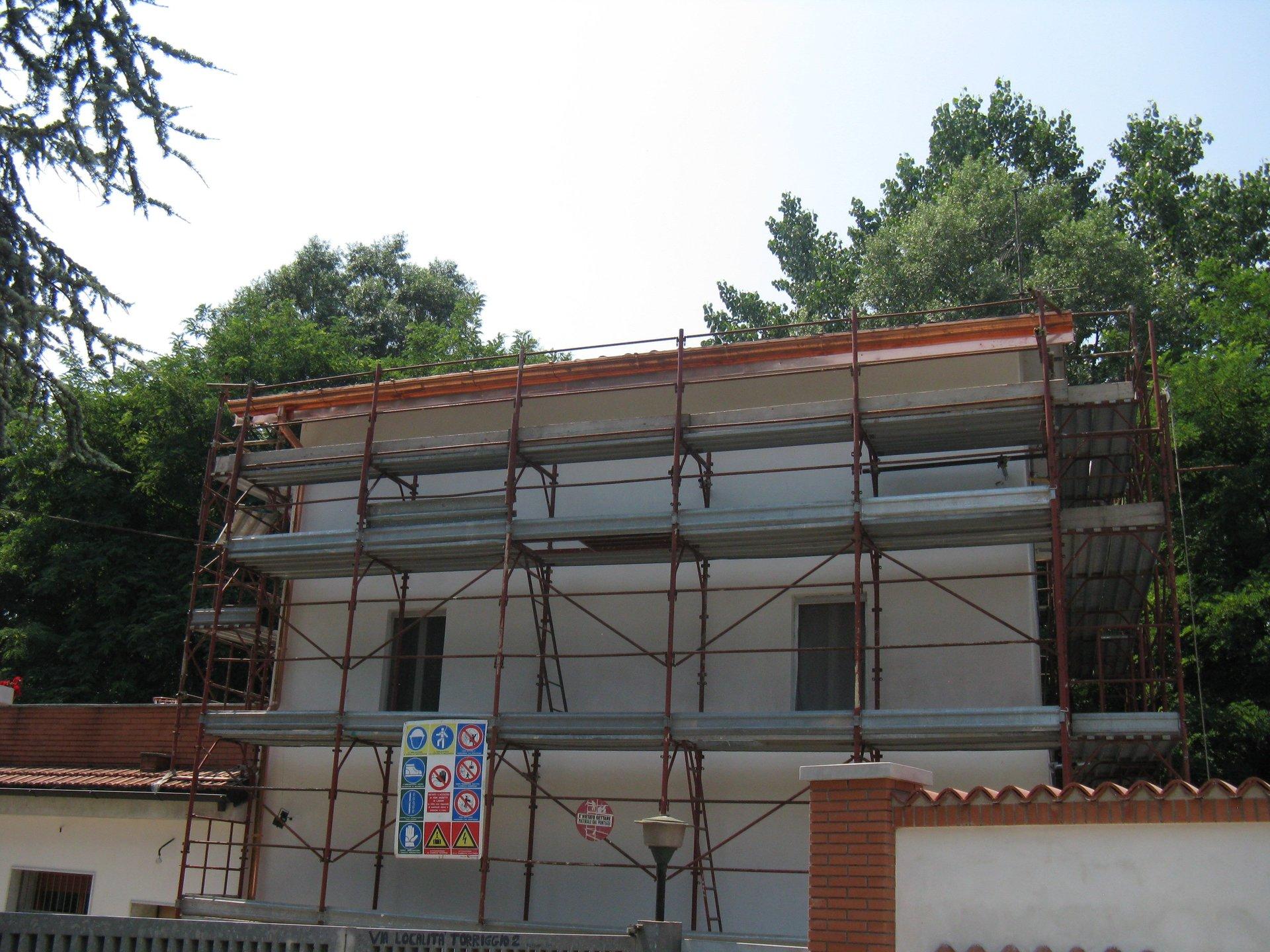 ponteggi in una casa per costruzione