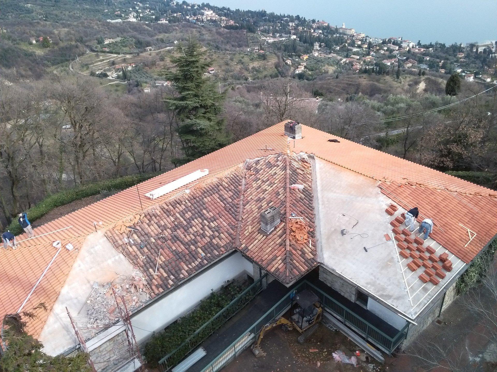 vista angolare di una casa durante rifacimento copertura