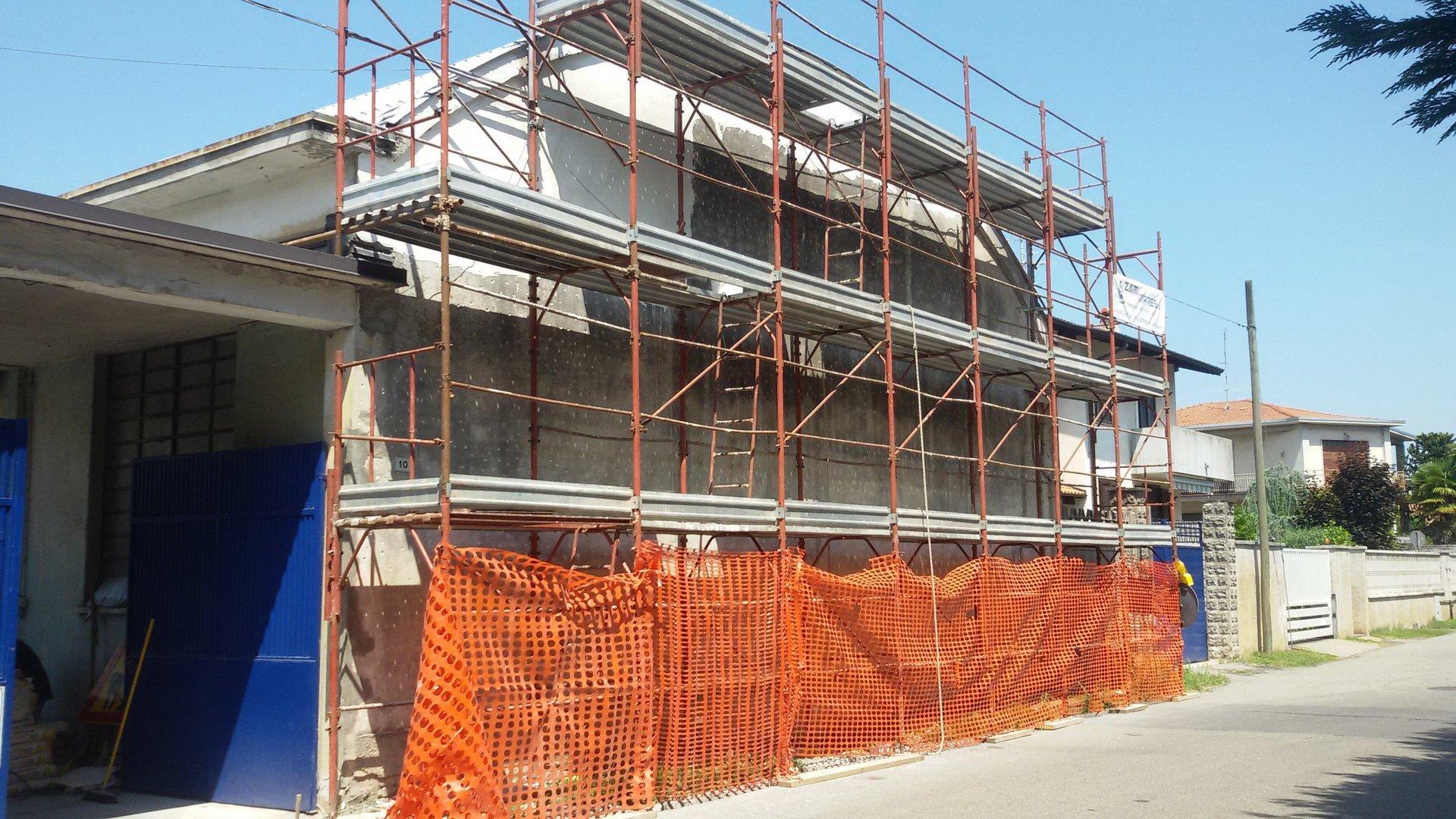 una casa durante costruzione con ponteggi