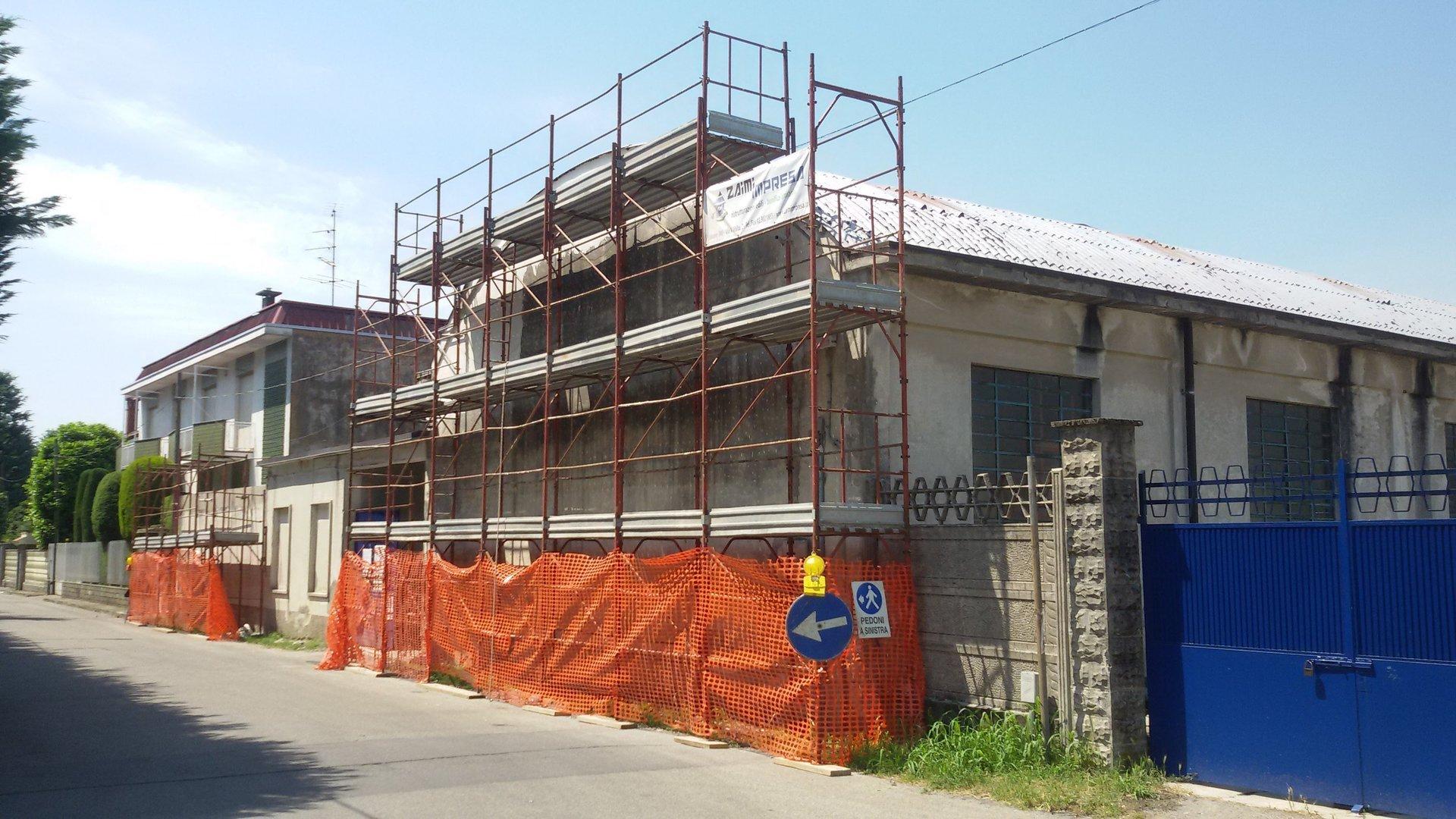 vista angolare di una casa durante costruzione con ponteggi
