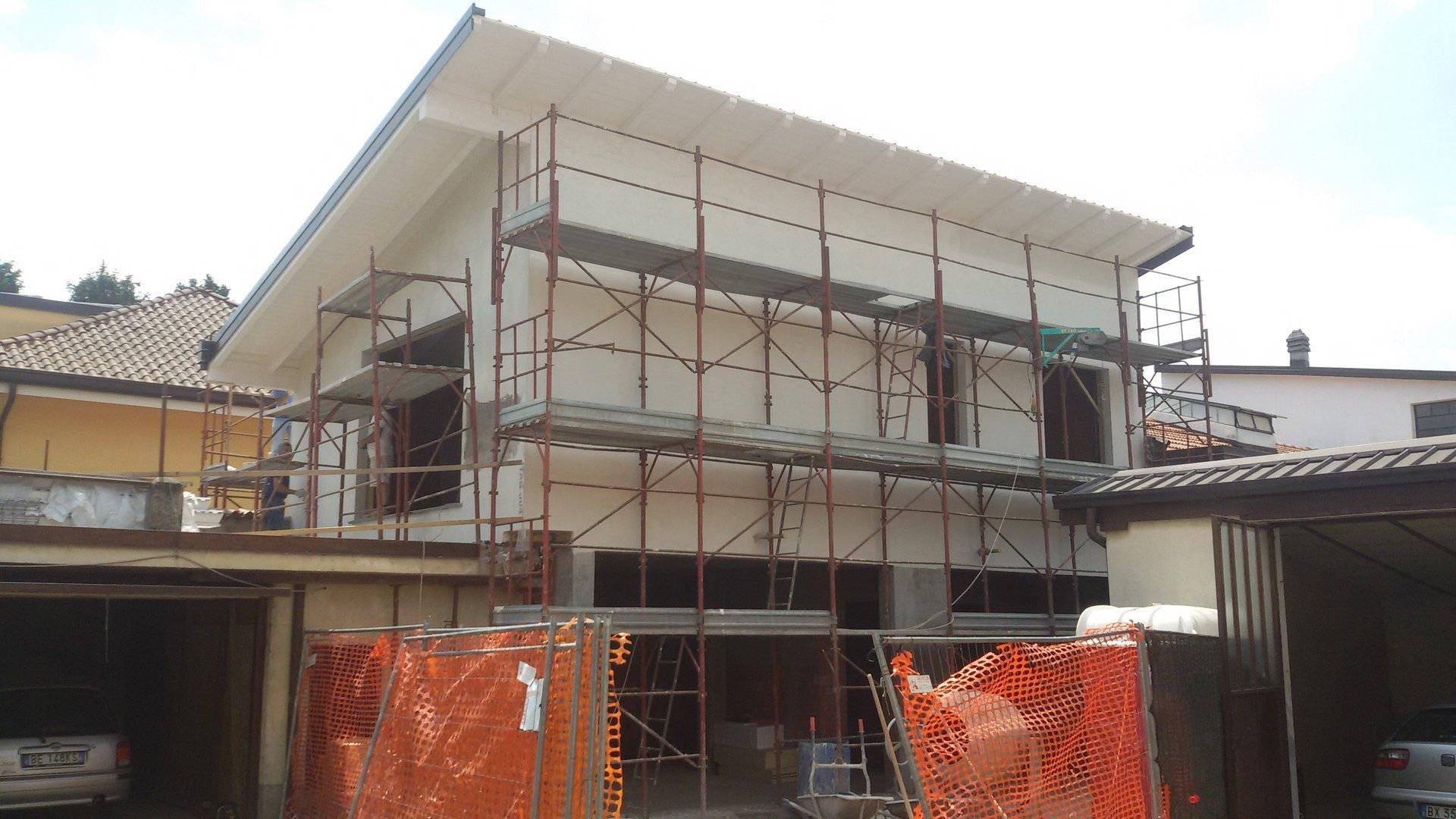 pontegi con una casa durante costruzione