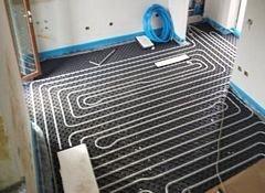 una stanza con riscaldamento a pavimento