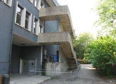 vista laterale di un edificio con scale esterni