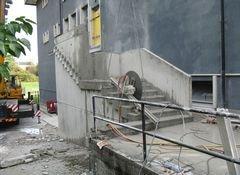 stabile in costruzione con scala esterna