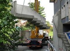 Un piccolo stabile in costruzione e un impalcatura