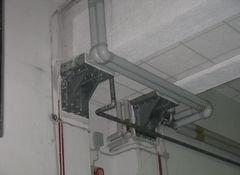 vista interna di una casa con tubi acque