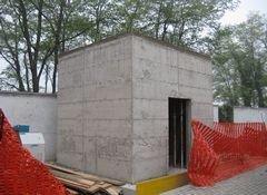 vista angolare di una casa in costruzione con alberi