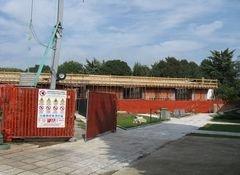 uno stabile in costruzione con sfondo cielo