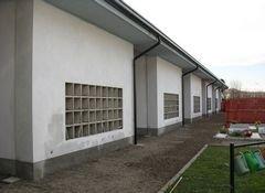 vista laterale di un edificio con parete bianca