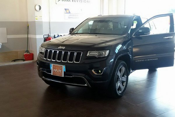 un Jeep Grand Cherokee nero