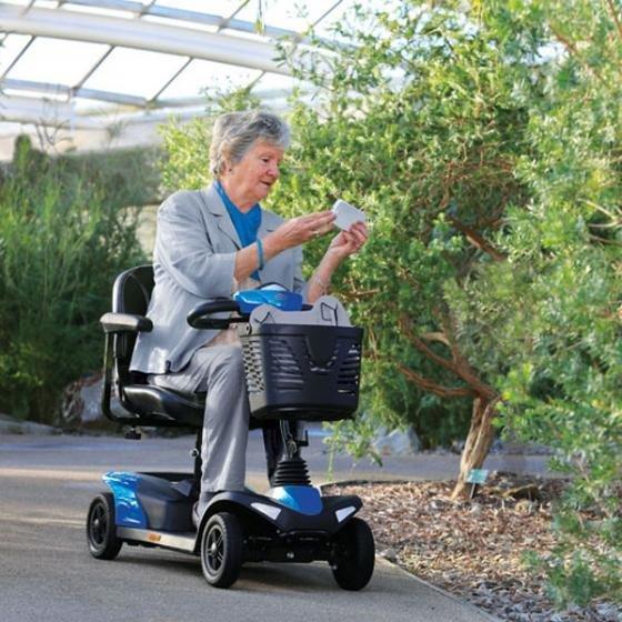 donna su uno scooter elettrico