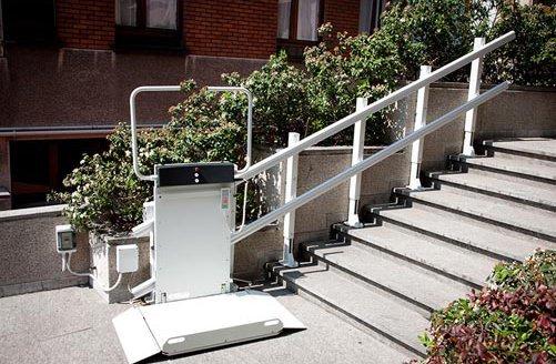 Montascale a piattaforma per salire le scale