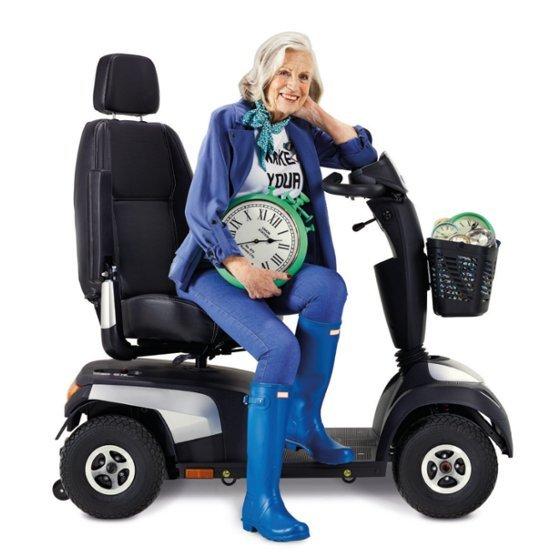 donna sorride su uno scooter elettrico