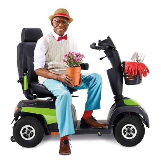 uomo su uno scooter elettrico