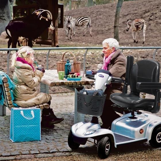 nonna e nipote bevono qualcosa vicino a uno scooter elettrico