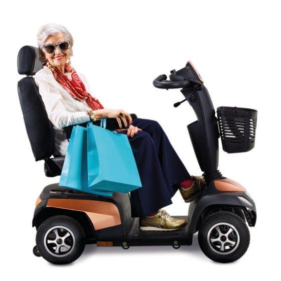 donna su uno scooter elettrico dalle facili manovre