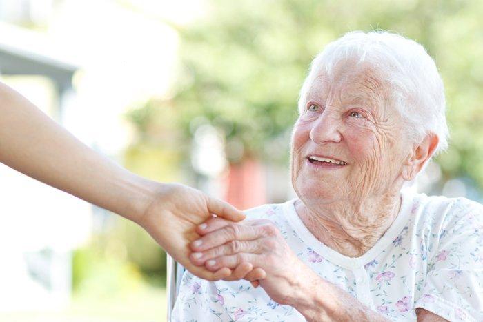 persona tiene la mano di una donna anziana
