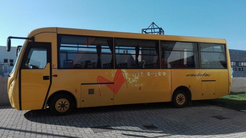 pullman scuolabus parcheggiato