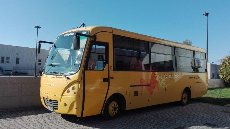 pullman scuolabus parcheggiato nell`area parcheggio