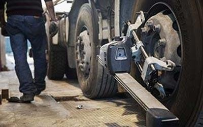 Montaggio pneumatici su autocarro