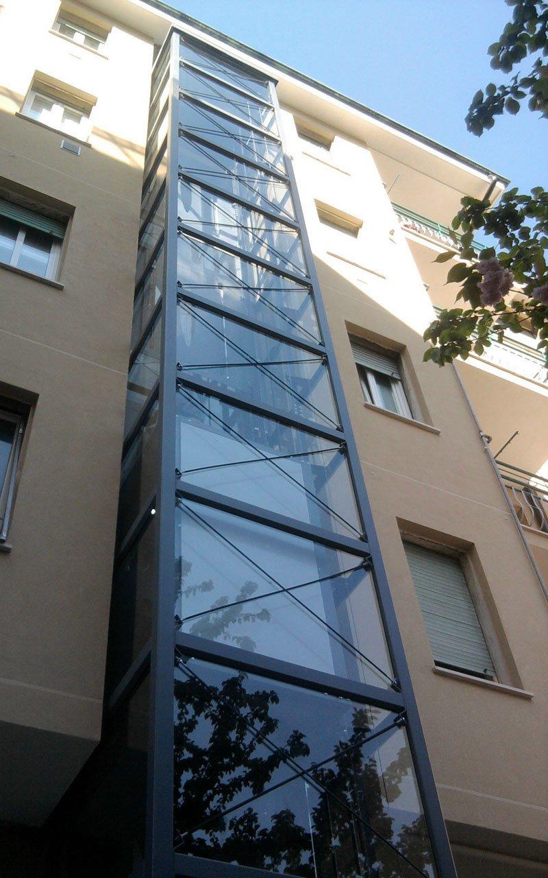 ascensore esterno in vetri di una palazzina