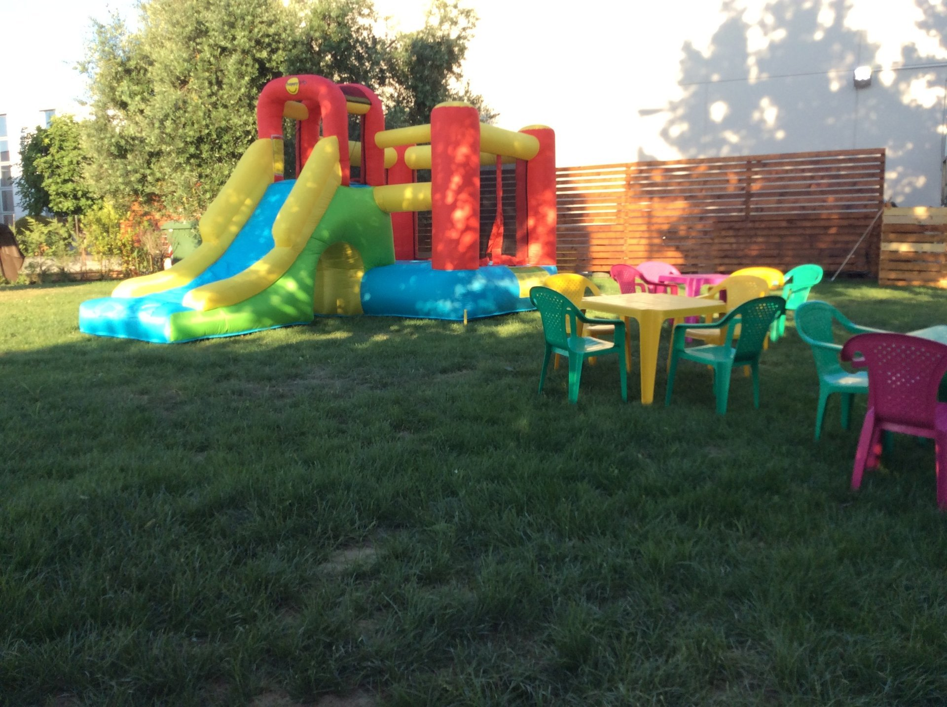 giardino con gonfiabili e giochi per bambini