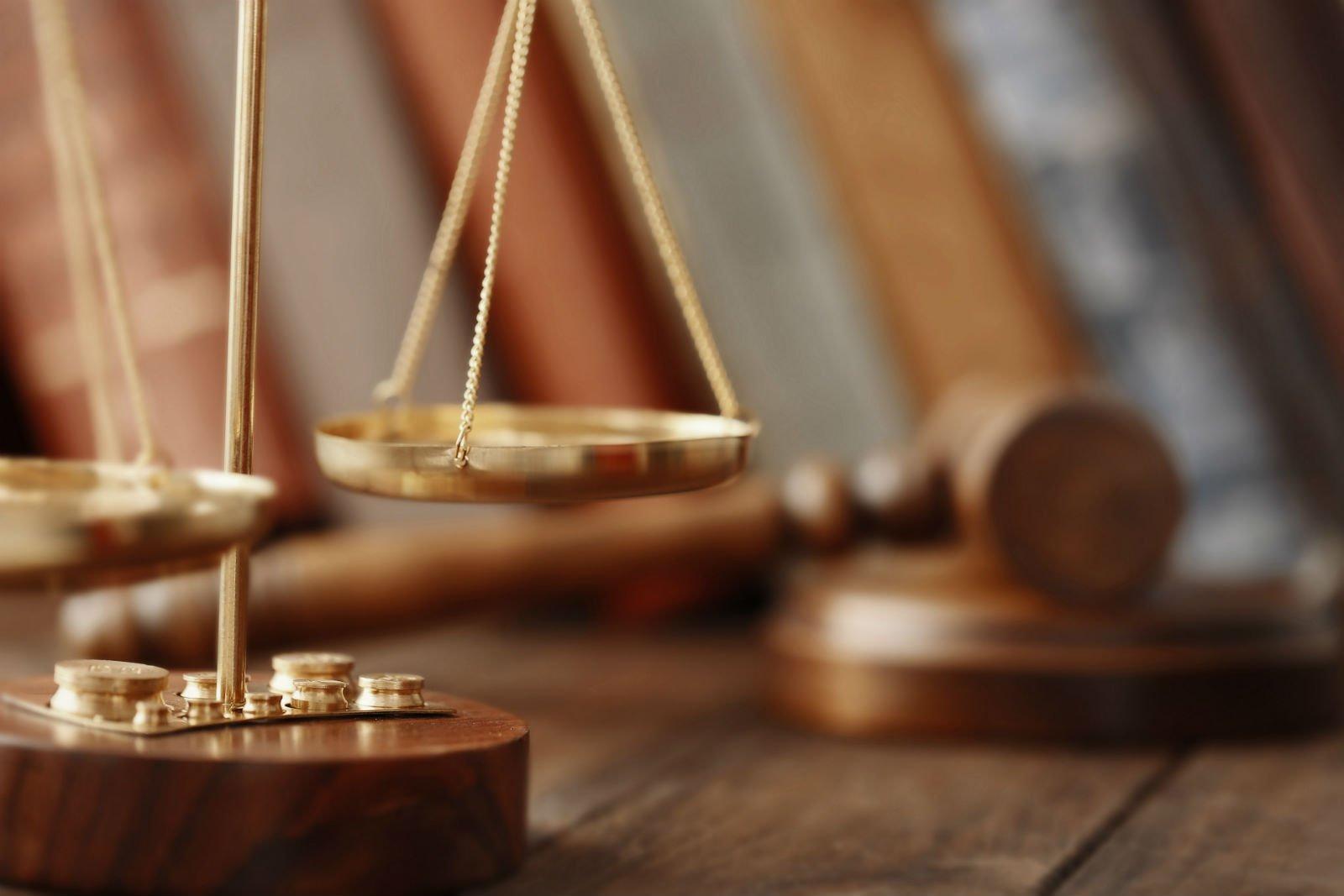Primo piano della bilancia della giustizia