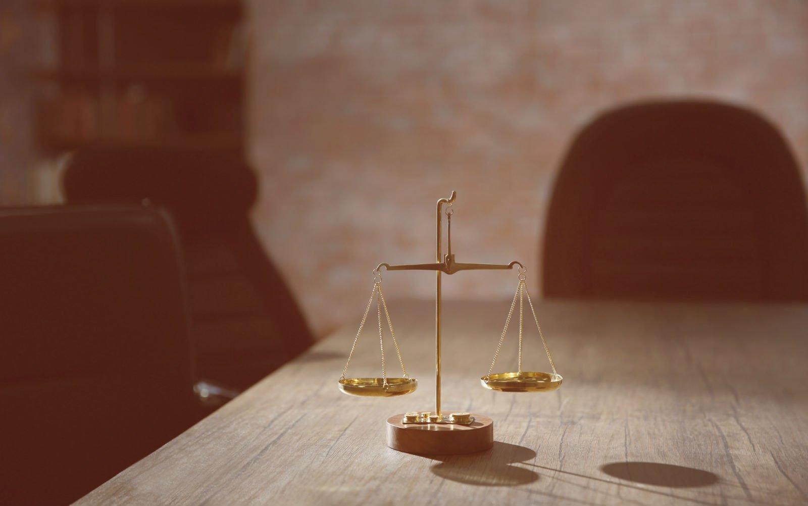 Bilancia della giustizia en primo piano