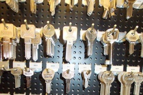 Duplicazione chiavi per casa, auto e moto.