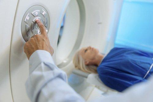 dottore facendo uno scanner