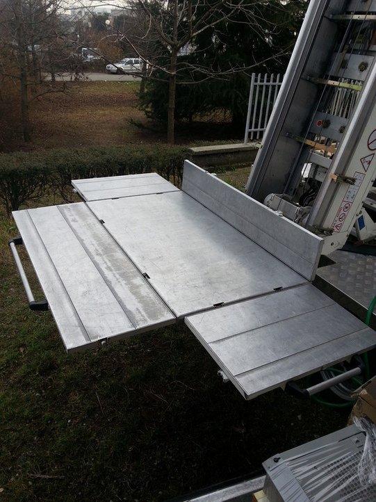 vista di una piattaforma che esce dietro al rimorchio del camion