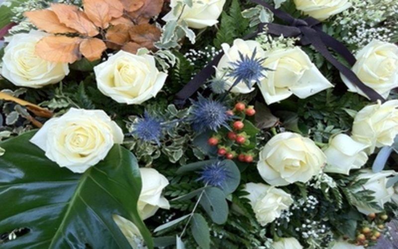 Corona con rose bianche