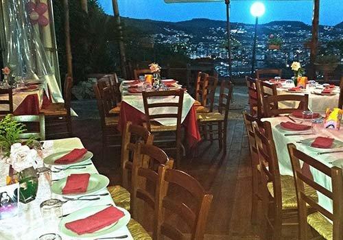 Vista del ristorante e dalla finestra possiamo vedere le montagne