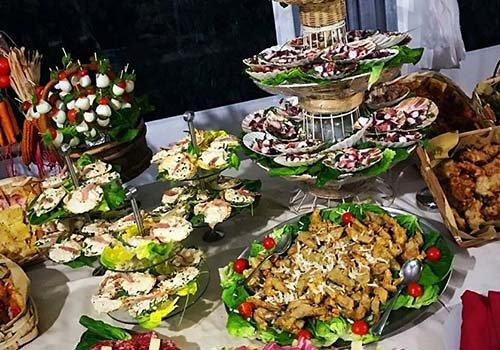 Tavola piena di aperitivi da sfere di mozzarella a frutti di mare, formaggi,salame,prosciutto di Parma...