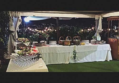 Vista del ristorante con il buffet preparato : il cibo,piatti,cristalleria..tutto pronto