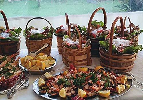 Vassoi e ceste di vimini piena di frutti di mare per entusiasmare i clienti