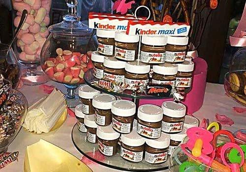 Dolci diversificati per bambini e in mezzo una piramide di nutella