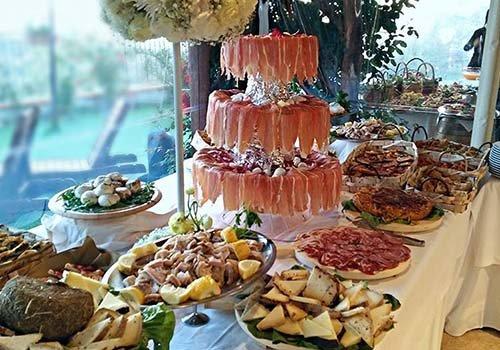Tavola piena di diversi tipi di formaggio, prosciutto Parma,,salame,mortadella....