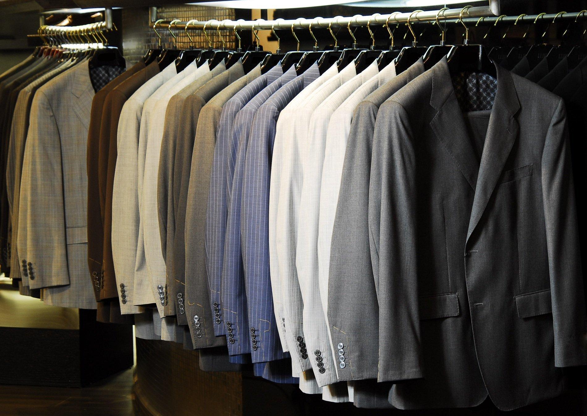 degli abiti da uomo di color grigio, azzurro , bianco e altro
