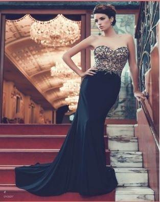 una donna con un abito da sera di color nero