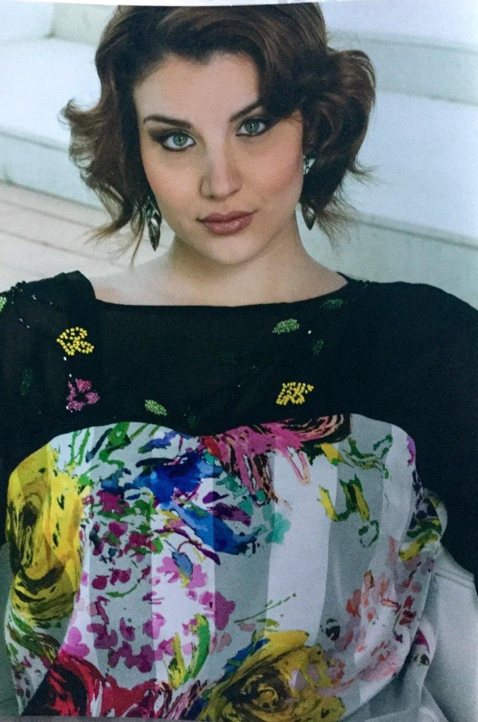 una donna con una camicetta di color nero e bianco con sopra dei colori