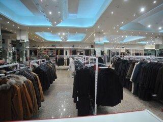 interno di una boutique con degli abiti da uomo