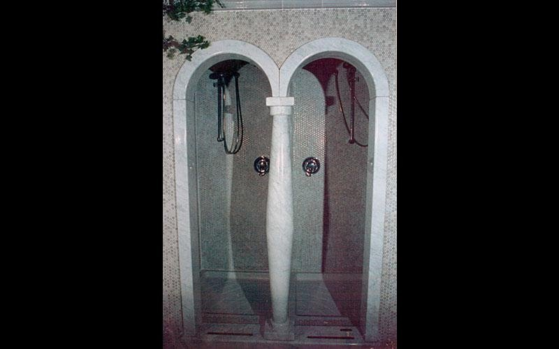 doccia con colonne in pietre