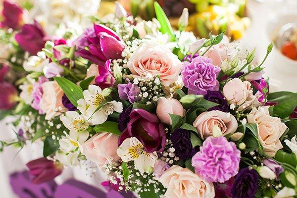 Offerta di fiori lilas,bianche e rose per una tomba